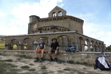 Dag 4 - Chris og jeg ved tempelridderkirken i Eunate - sviptur på vej til Puente La Reina