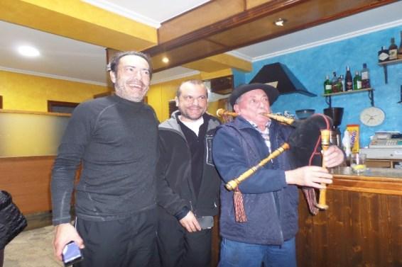 Dag 34 - Jose, Juan og jeg hygger os i Palas De Rei på den lokale - med sækkepibemusik