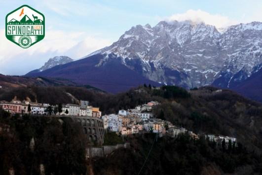 Castelli con la parete nord del Monte Camicia sullo sfondo.
