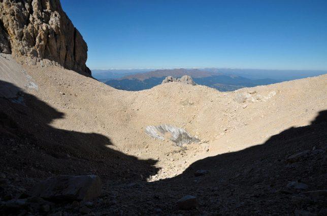 Il fondo del Calderone, con la morena glaciale. Si notano poche chiazze di neve affioranti.