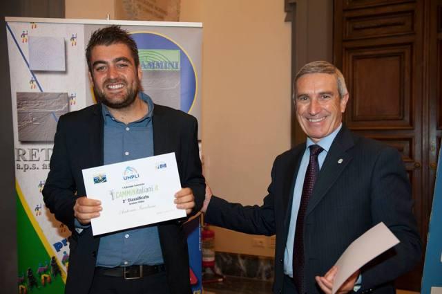il regista teramano Antonio Iacobone riceve il premio dal Presidenten Nazionale di UNPLI