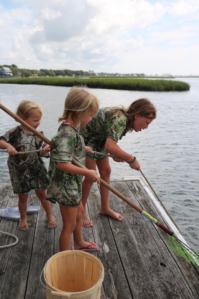 children crab fishing