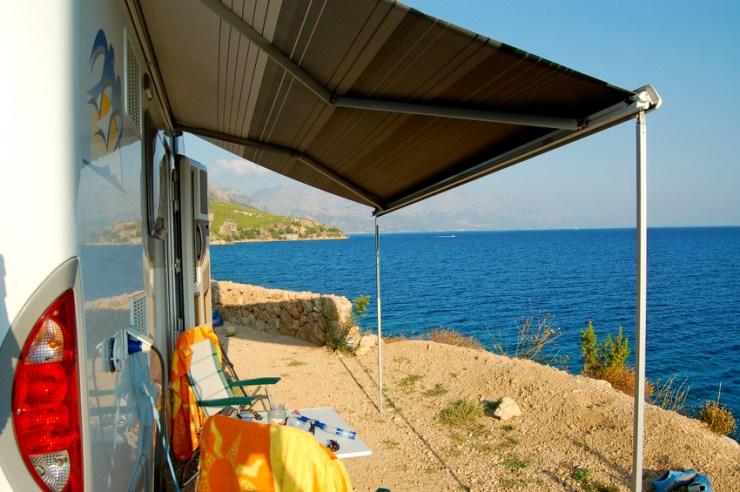Wohnmobil mit Markise am Meer