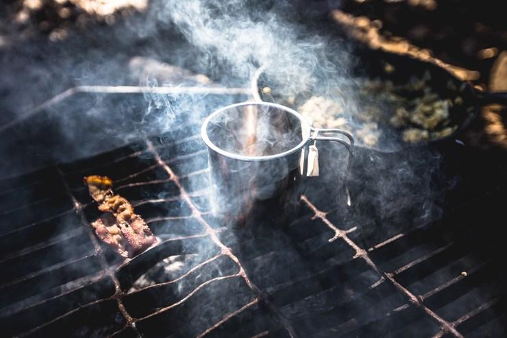 Haltbare Lebensmittel wie Kaffee, Zucker oder Mehl könnt ihr gut aus dem privaten Hausstand mitnehmen und auch in größeren Mengen einpacken.