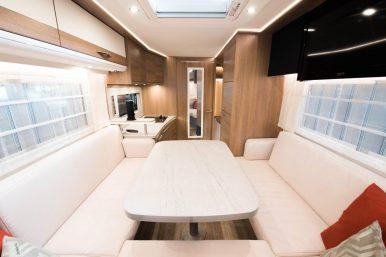 Sitzbereich mit Dinette im E.Home Wohnmobil