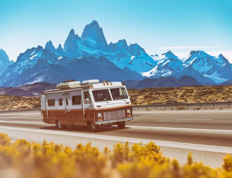 Wohnmobil fährt durch argentinische Landschaft