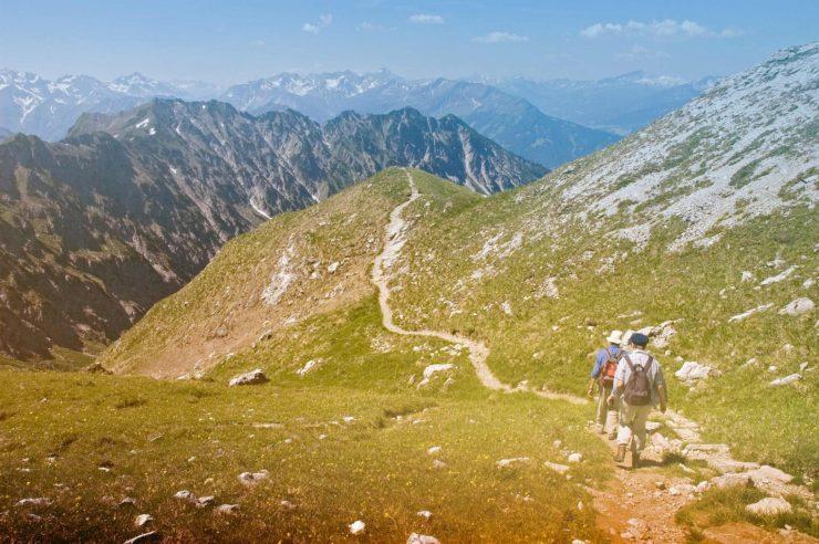 Wanderer auf einem Pfad in den Bergen.