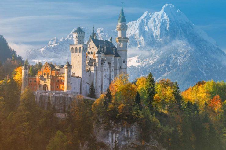 Schloss Neuschwanstein in herbstlicher Umgebung.