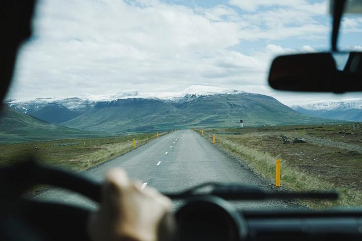 Die erste Reise im Mietcamper steht an: Ein kleines Fahrtraining auf abgelegenen Straßen gibt euch Sicherheit für die große Fahrt
