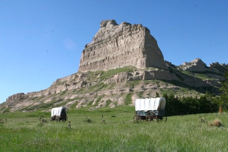 Scotts Bluff mit Planwagen im Vordergrund.