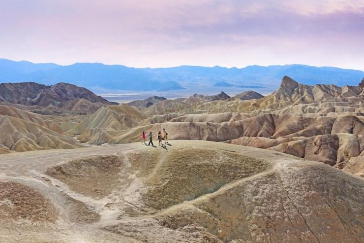 Menschen auf einem Pfad im Death Valley.