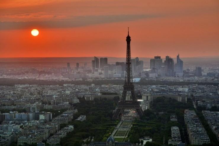 Das Panorama von Paris mit dem Eifelturm vor der untergehenden Sonne