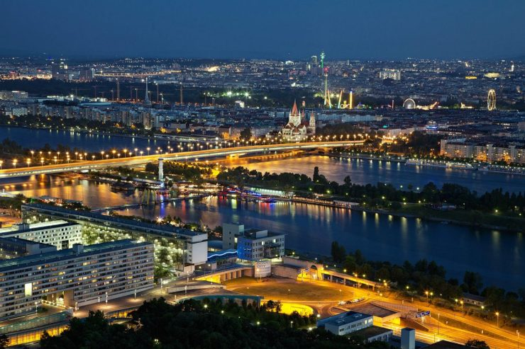 Wien bei Nacht aus der Vogelperspektive