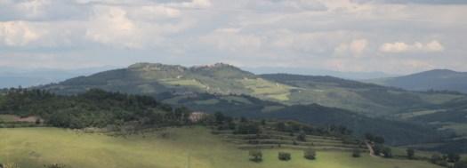 Eine schöne Landschaft in Italien. Berge, Wälder und Wiesen. So macht Urlaub auf dem Land spaß.