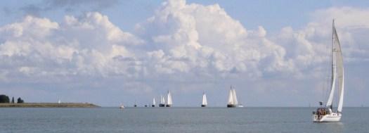 Segelschiffe auf dem IJsselmeer. Urlaub auf dem Wasser ist was tolles.