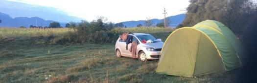 Mit dem Auto und dem Zelt in den Urlaub. So kann man naturnah Urlaub machen.