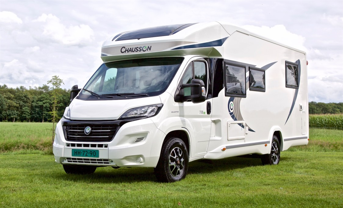 Chausson 718 EB Welcome 2016 voorzijde links Campers Noord