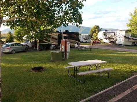 red-rock-rv-park-island-park-idaho-grass-picnic-table