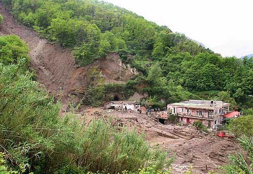 Maltempo, sgomberate famiglie a monte Vezzi