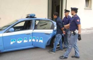 Napoli, ruba una collana d'oro ad un turista di Forlì: inseguito e arrestato un 30enne