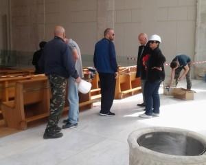 Il sindaco di Pozzuoli Enzo Figliolia che si informa circa l'andamento dei lavori al Duomo