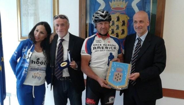 Il ciclista d'acciaio incontra il sindaco Figliolia