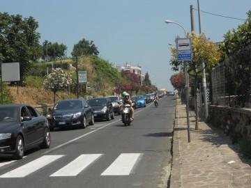 Campi Flegrei presi d'assalto, lunghe code di auto a Arco Felice, Bacoli e Lucrino