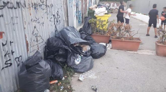 """La segnalazione: """"bimbi costretti a giocare tra i rifiuti nel parcheggio di via Masullo"""""""