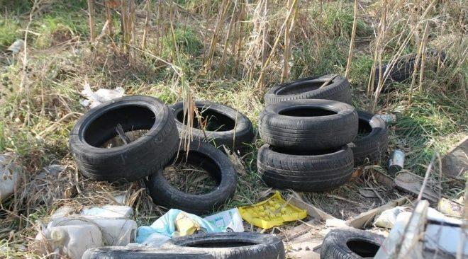 Pozzuoli, sversamento continuo di pneumatici: comune costretto ad emanare un'ordinanza