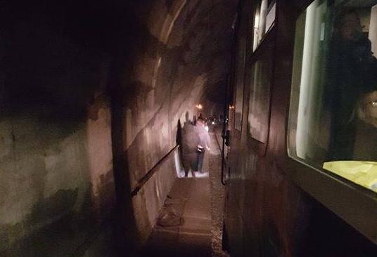 Circumflegrea, treno guasto in galleria: gente costretta a camminare sui binari