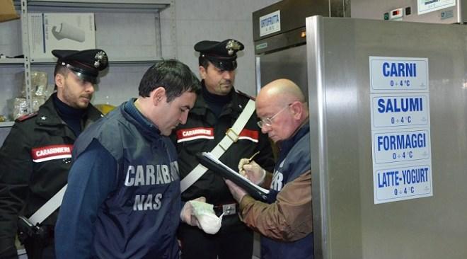 POZZUOLI/ Blitz dei Nas in un ristorante, sequestrati 40 chili di pesce e chiuso il laboratorio adibito alle crudità