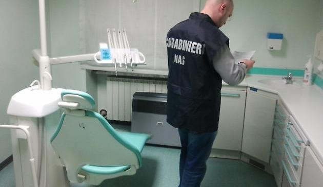 POZZUOLI/ Denunciato dentista che consentiva a collaboratore di fare interventi odontoiatrici senza titolo