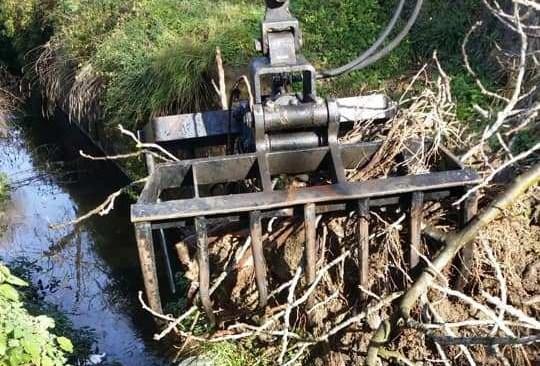 POZZUOLI/ Lago d'Averno, iniziata la pulizia del canale da rifiuti e detriti