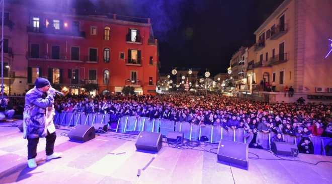 POZZUOLI/ Grande affluenza di giovanissimi per il Capodanno in piazza