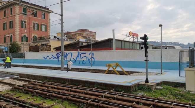 """AGNANO/ Imbrattata la stazione della Cumana appena pulita: """"Lo prenderemo"""""""