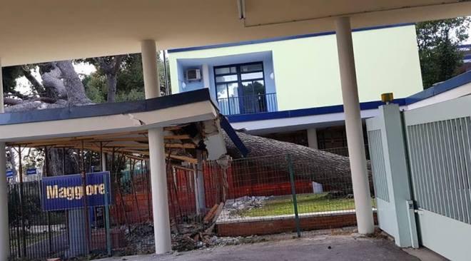 POZZUOLI/ Pensilina dell'Olivetti pericolante, il Comune ordina di eliminare il pericolo e interdice la zona