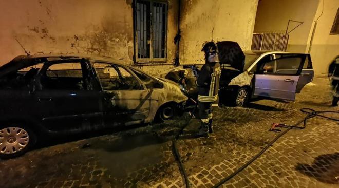 POZZUOLI/ Due auto distrutte da un incendio in via Fatale alle 5 del mattino|Gallery