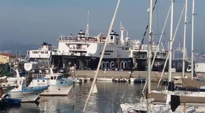 Auto sbaglia ad imbarcarsi, traghetto costretto a far ritorno al porto di Pozzuoli