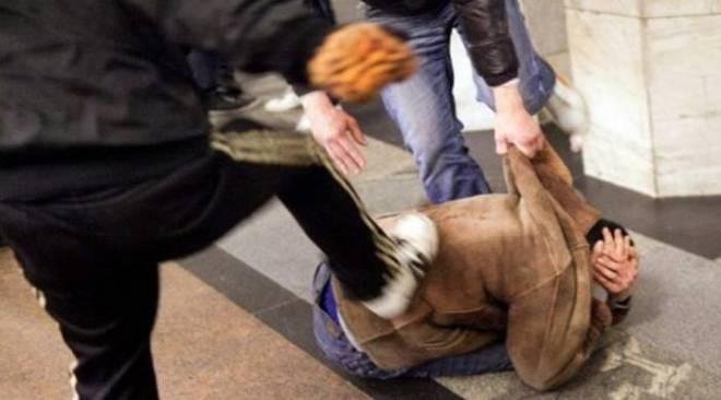 LAGO PATRIA/ Tentano di rubargli lo scooter ma riesce a fuggire, lo inseguono e lo pestano a sangue