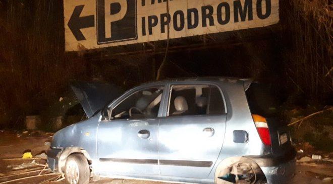 POZZUOLI/ Via Pisciarelli, discarica a cielo aperto: auto abbandonate e un'aiula piena di scarpe vecchie