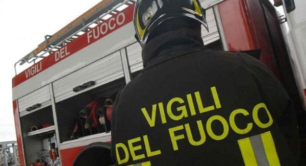 ULTIMORA/ Bacoli, incendio distrugge 5 auto e dei box in via Risorgimento