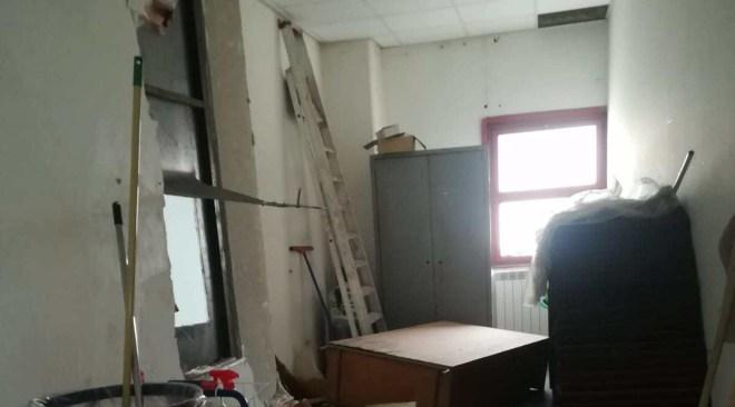 """POZZUOLI/ Scuole sotto attacco dei ladri, alla """"Annecchino"""" distrutte le pareti"""