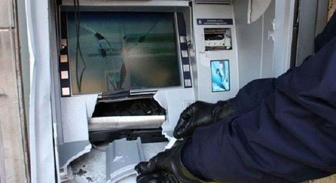POZZUOLI/ Tentano di portare via il bancomat, ladri in fuga dopo che scatta l'allarme