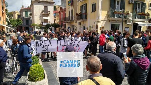 POZZUOLI/ Tensioni e lancio di uova in piazza della Repubblica tra giovani della Lega e Centri Sociali