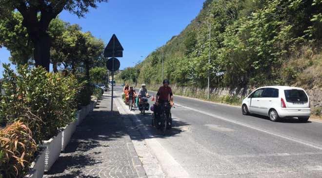 POZZUOLI/ Vacanze in Italia in bici, famiglia francese fa tappa nei Campi Flegrei|FOTO