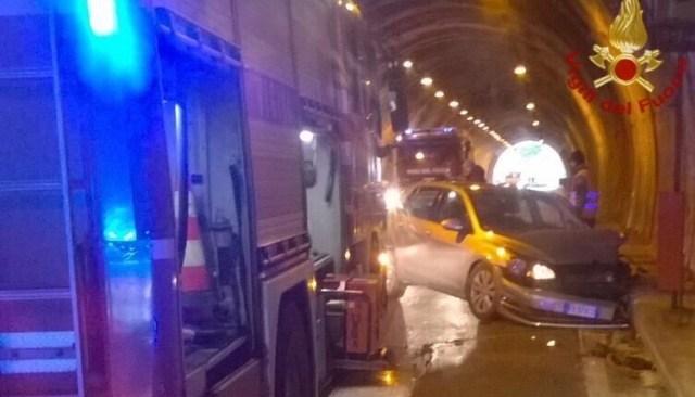 POZZUOLI/ Pauroso incidente nel tunnel di Arco Felice, ferito trasportato in ospedale