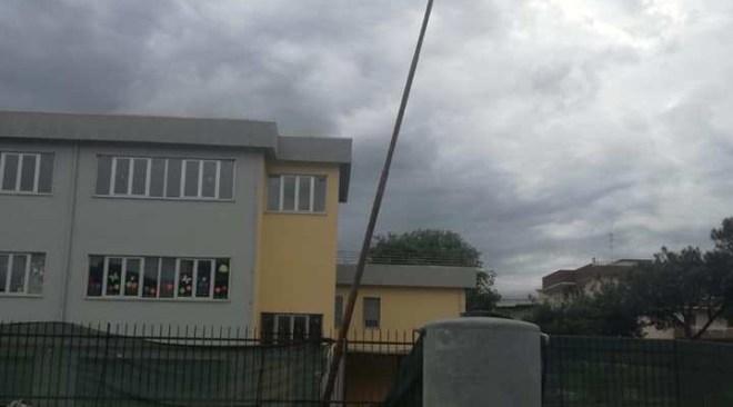 QUARTO/ Pericoloso palo dell'illuminazione al Corso Italia vicino alla scuola Gobetti|FOTO