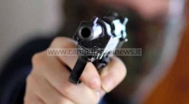 """ULTIMORA/ Agguato di camorra nei """"600"""" alloggi a Monterusciello, uomo gambizzato"""