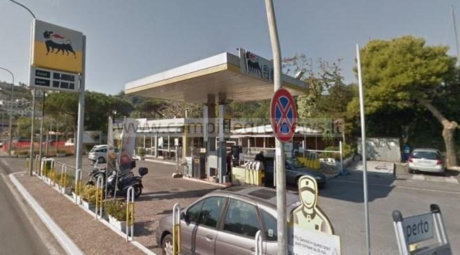 LUCRINO/ Rapina alla stazione di servizio Eni, tra la gente e il traffico di ritorno da mare