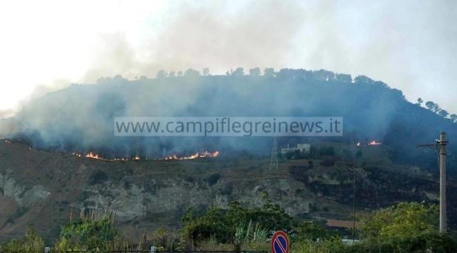 POZZUOLI/ Ancora fiamme sul Monte Barbaro, in azione un elicottero della regione Campania